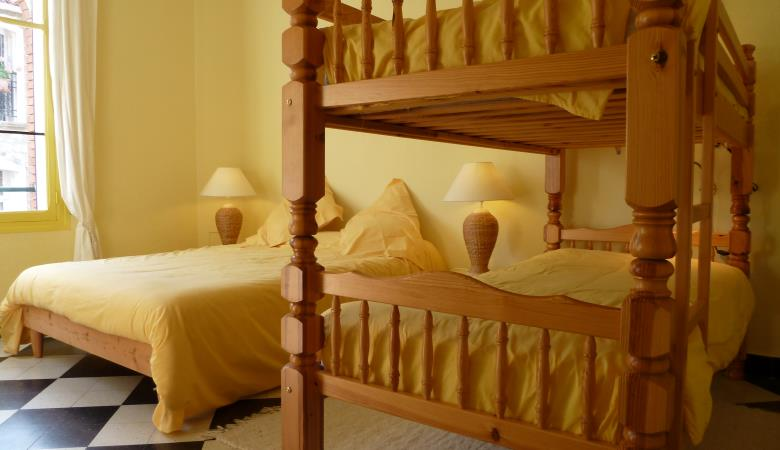 HR Apt5 Yellow double bed + bunks 2